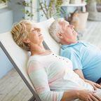 Älteres Paar beim Mittagsschlaf im Liegestuhl