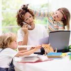 Frau mit Kindern am Laptop
