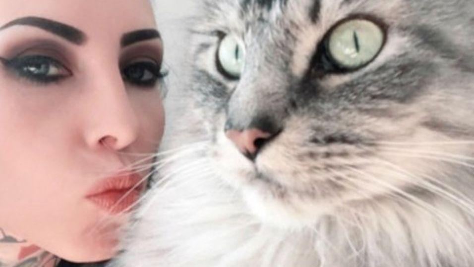 Model hat ein neues Tattoo - aus den Haaren ihrer Katze!