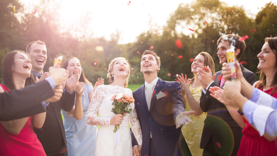 Der Dresscode ist für Hochzeitsgäste sehr wichtig.