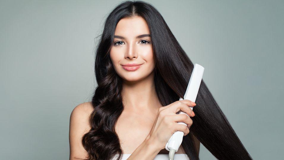 Nie wieder Glätteisen: Dieses Spray glättet dein Haar in wenigen Minuten