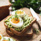 Kräftiges Frühstück mit Ei und Avocado-Toast