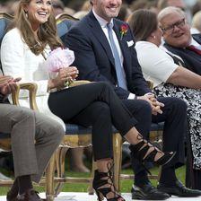 Ob sie hier schon von den Baby-News wussten? Madeleine und ihr Chris strahlend beim Geburtstag von Prinzessin Victoria am 14. Juli.