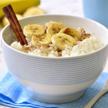 Schüssel mit Reis und Banane