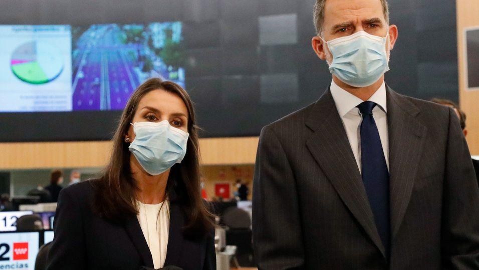 Maske, Handschuhe & Abstandsregeln: Sie wagt sich zurück an die Öffentlichkeit