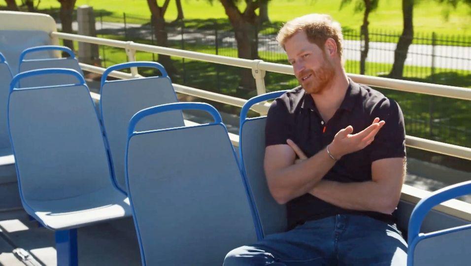 Kurioser Auftritt: Tee-Party auf einem Doppeldecker-Bus