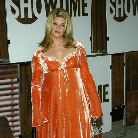 Mit diesem Ungetüm von Kleid betont Kirstie ihre Kurven nicht gerade