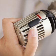 Drehen Sie die Zimmertemperatur in der Wohnung runter! Durch Kälte sind die Muskeln aktiver und mehr Kalorien werden verbrannt.