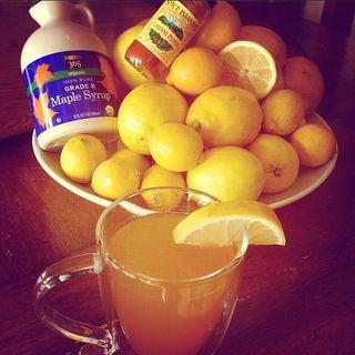 """Zitronensaft, Ahornsirup, Cayennepfeffer und Wasser - daraus macht Heidi Klum ihren """"Master Cleanse""""-Trunk."""