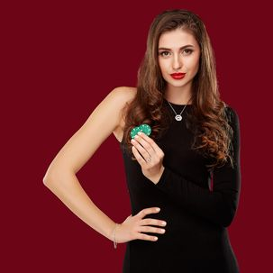 Junge Frau in schwarzem Half-Sleeve-Kleid mit Poker-Chips