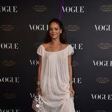 Rihanna in einem weißen Kleid.