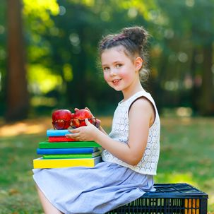 Junges Mädchen mit Schulbüchern