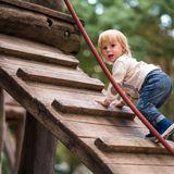 Mutiges Kind auf Kletterturm