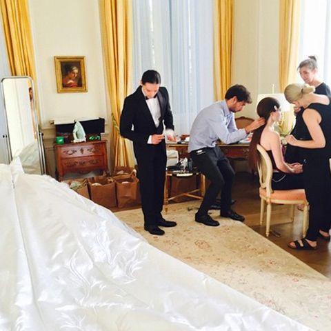 Doch vorher gab es noch viel zu tun: Drei Stylisten kümmerten sich um Haare und Make-up der Braut.