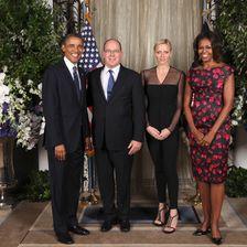Outfit Nummer drei: Beim Empfang mit dem US-Präsidentenpaar glänzte Charlène 2013 in einem schwarzen Overall mit Tüll-Details.