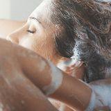 Frau beim Haarewaschen