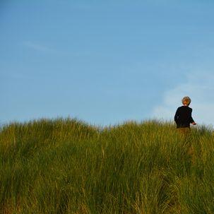 Junge auf Düne in Dänemark