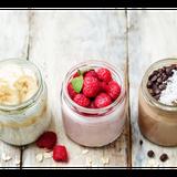 Kleine Gläser mit Müsli, Joghurt und Früchten