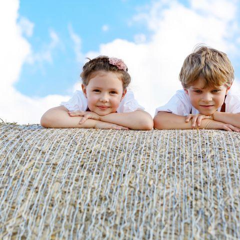 Zwei Kinder auf einem Heuballen