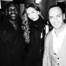 Sie umgibt sich gern mit Stars wie dem Musiker Akon (l.) ...