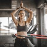 Frau beim Training mit dem Hula-Hoop-Reifen
