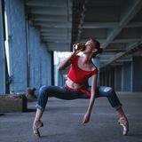 Straßenperformance - Ballerina mit Getränk