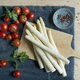 Spargel und Tomaten