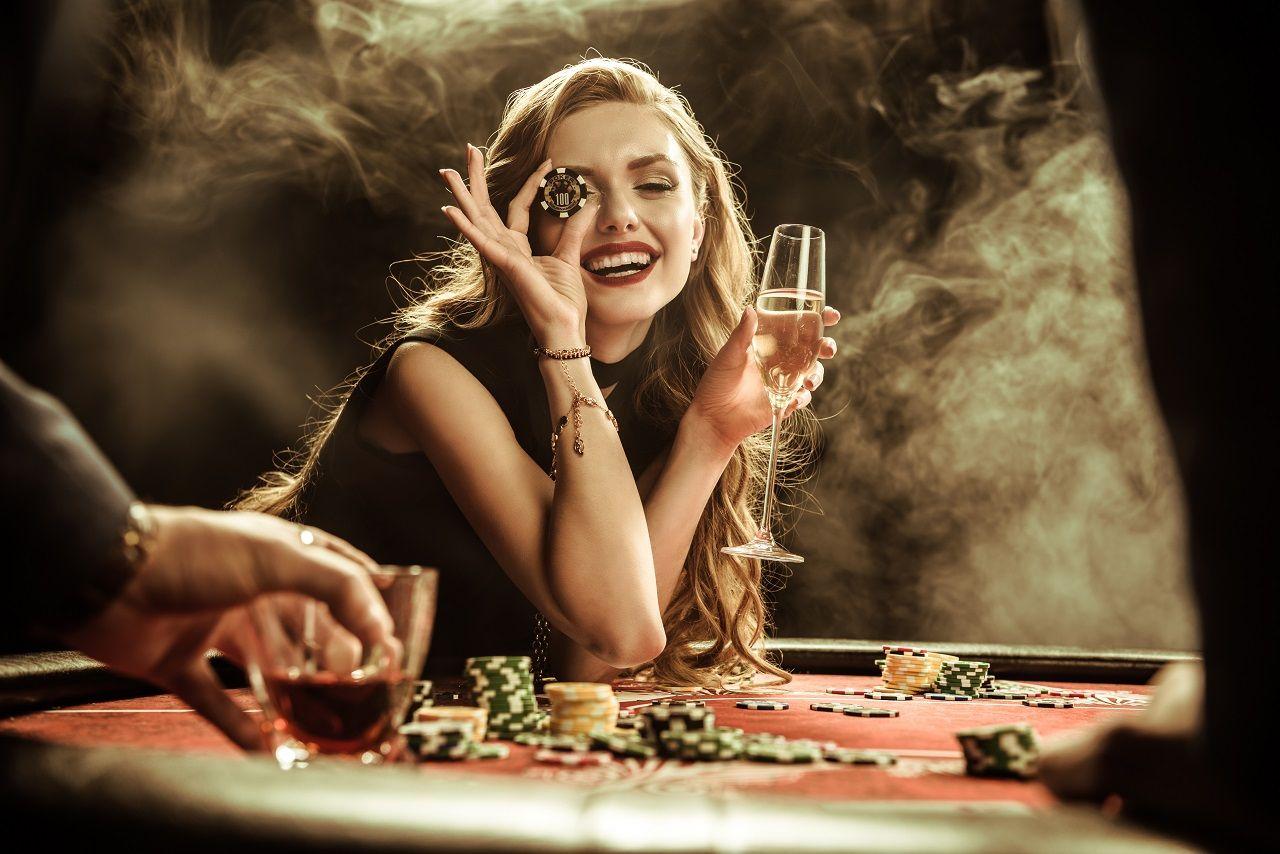 Frau an Roulette-Tisch in schwarzem Kleid