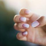 Hand mit Fingernägeln