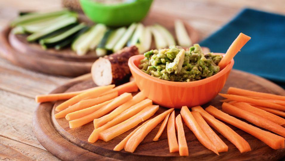 Gemüsesticks mit Dip.