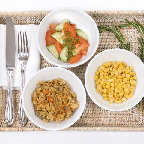 Auf kleinen Tellern sieht auch weniger nach mehr aus. Es entsteht der Eindruck, eine große Portion gegessen zu haben.