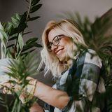 Frau mit Zimmerpflanzen