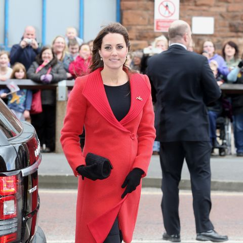 Ihren roten Armani-Mantel trug sie bereits 2006 – sieben Jahre später holte Kate ihn wieder für einen Termin aus dem Schrank.