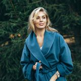 Frau mit blauem Mantel