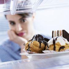 Ein unvorteilhaftes Bild am Kühlschrank wirkt schon Wunder! Sie werden zweimal überlegen, ob Sie sich etwas zu Essen nehmen.
