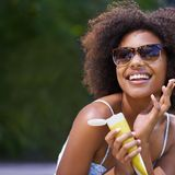 Gegen Sonne und Falten: Diese Sonnencreme darf nicht in deinem Urlaubskoffer fehlen