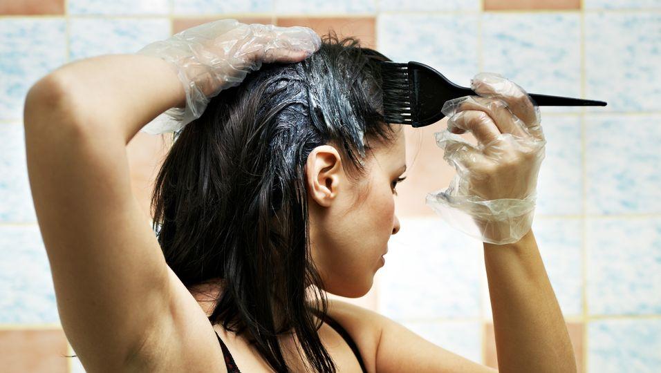 Ohne Alkalisierungsmittel keine neue Haarfarbe. Doch ist das am häufigsten eingesetzte Mittel, Ammoniak, wirklich so schädlich?