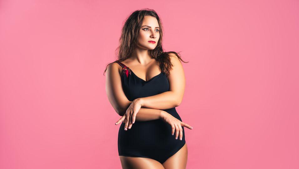 Frau in schönem Badeanzug