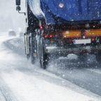 Gefährlicher Leichtsinn: Mit Sommerreifen im Schnee: LKW verursacht Unfall auf Autobahn