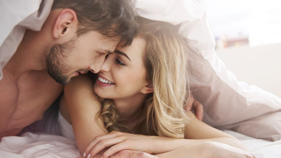 Ein Mann und eine Frau in einem weißen Bettlaken.