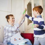 Frau und Sohn spielen mit Schleim