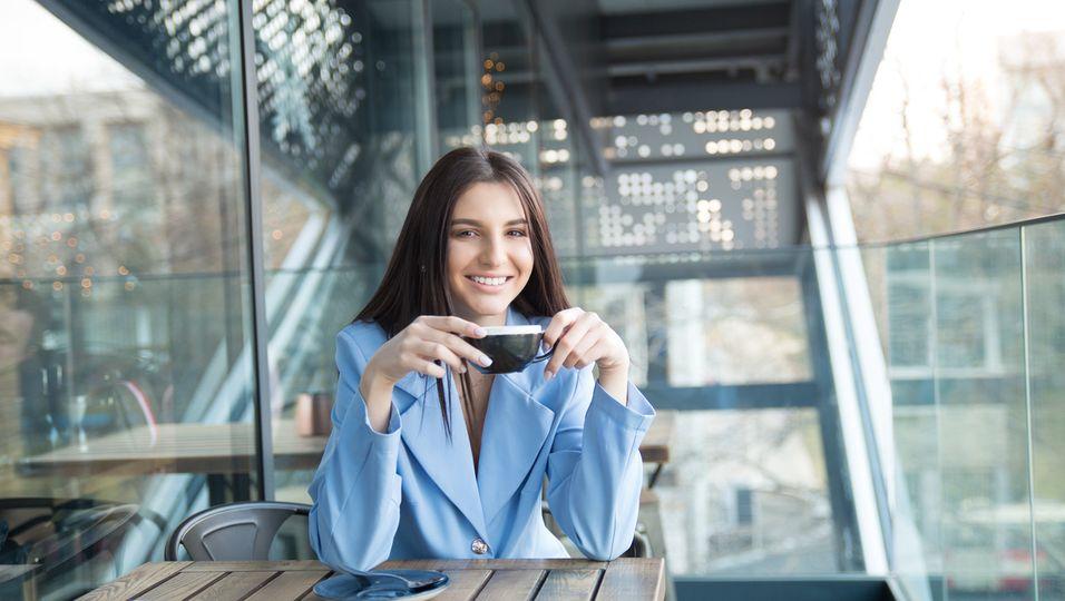 Frau trinkt einen Kaffee
