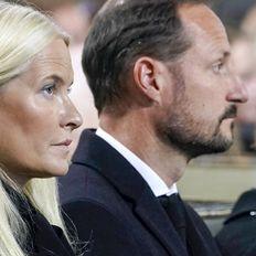 Haakon & Mette-Marit von Norwegen - Den Tränen nah: Beim Trauergottesdienst nach dem Attentat zeigen sie Emotionen