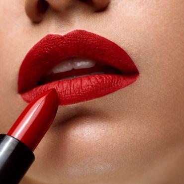 5 Nuancen, mit denen wir jetzt den perfekten Kussmund schminken