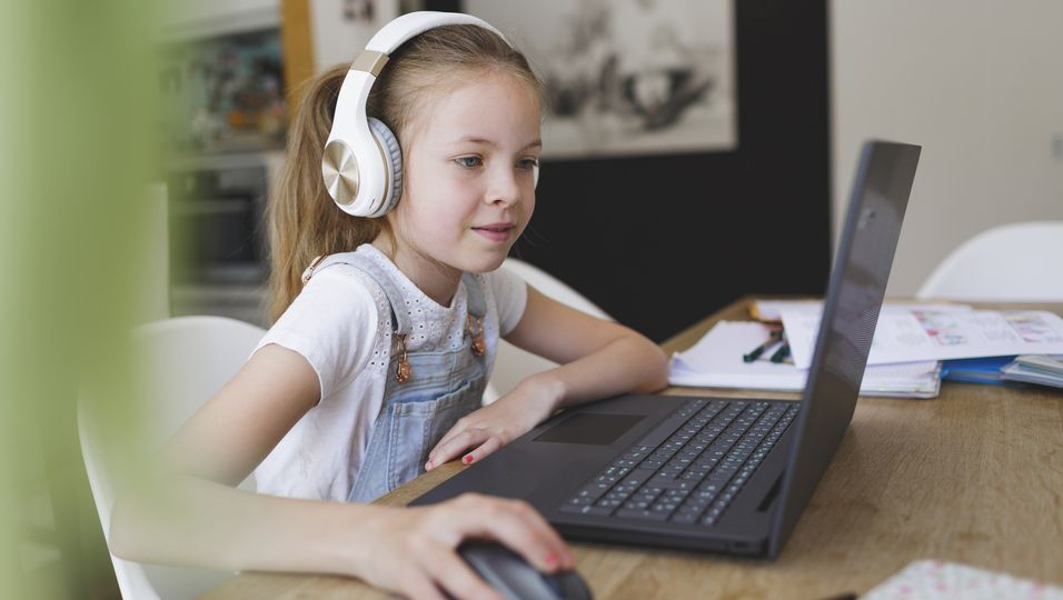 Mädchen erstellt Computer-Präsentation, um eine Katze zu bekommen