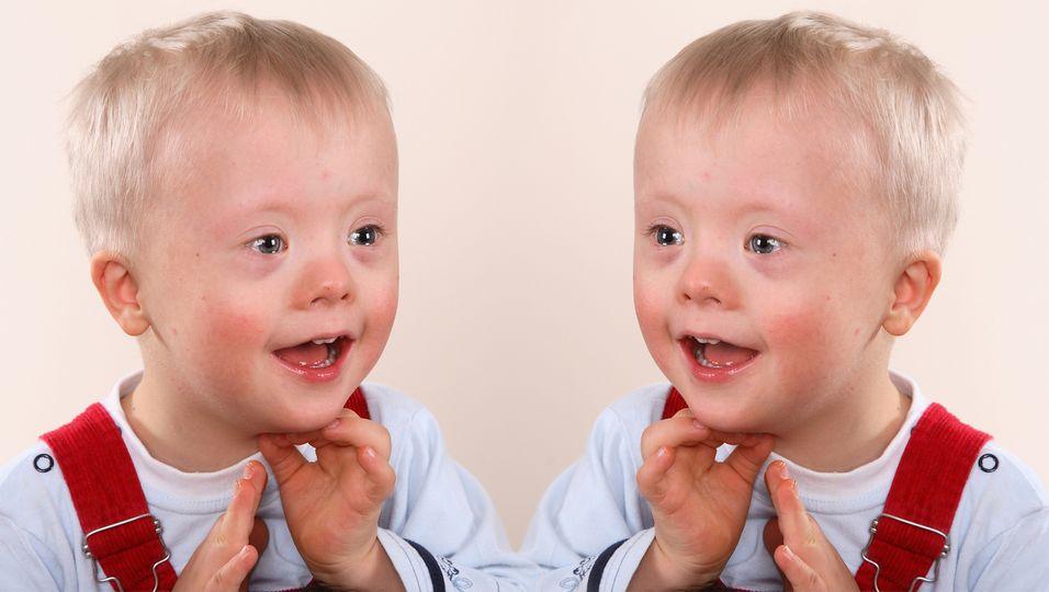Süße Bilder: Zwillinge (4) mit Down-Syndrom erobern das Internet