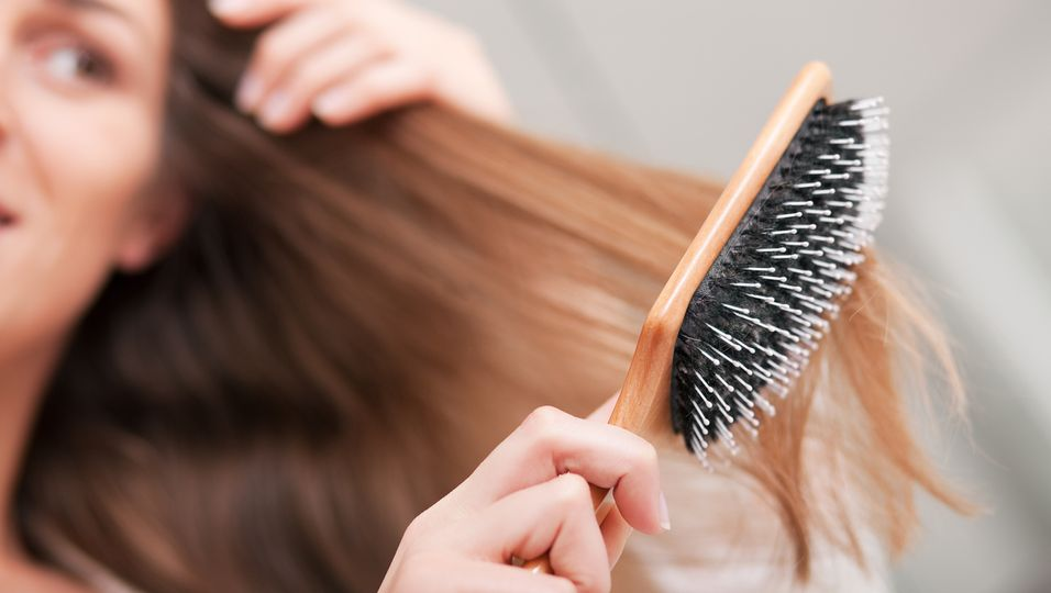 Frau mit Haarbürste