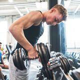 Junge Männer im Fitnessstudio Hanteltraining