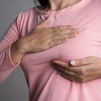 Brustkrebs-Test: Frau prüft, ob sie Knoten ertasten kann