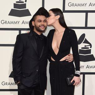 The Weeknd in einem schwarzen Anzug, Bella Hadid in einem schwarzen Kleid.
